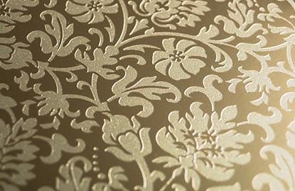 「リオトーン」と呼ばれる専用のインキを使用する事により擬似的に金属への彫刻のようなエッチング調の効果が得られます。